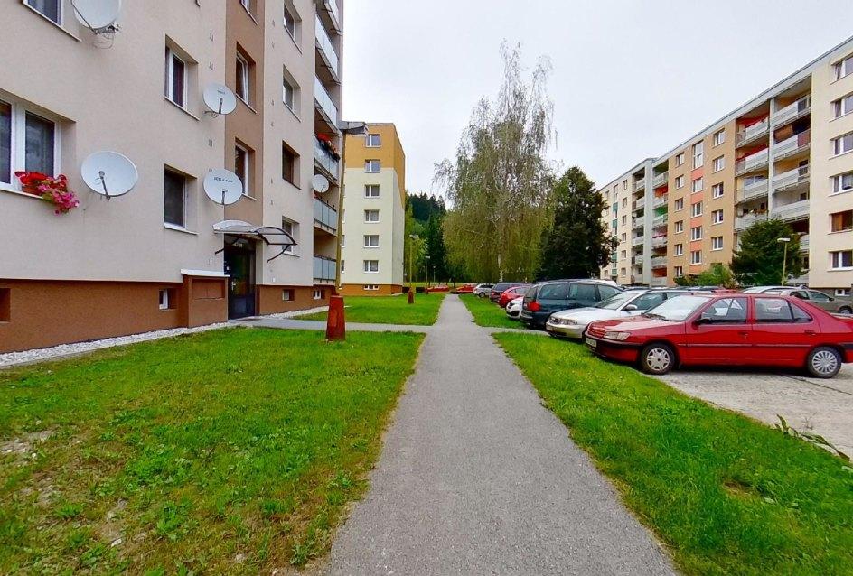 chodník pred bytovým domom