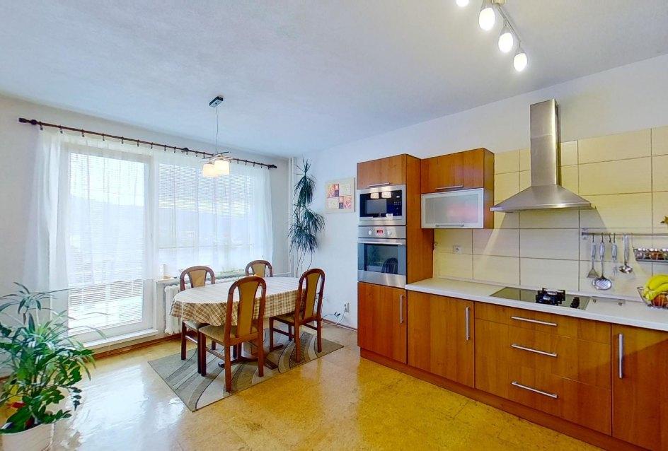 pohľad na kuchyňu a balkón
