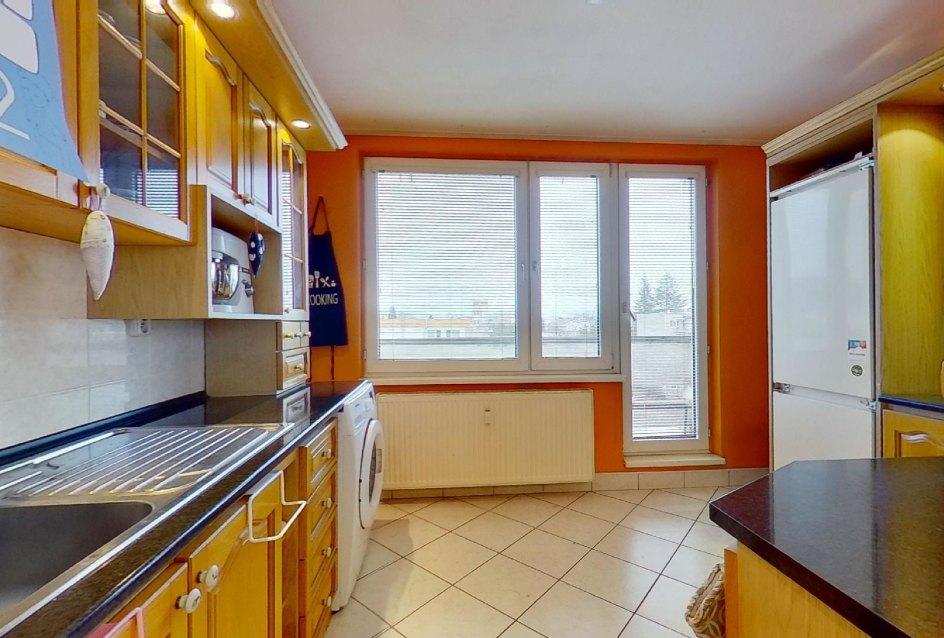 pohľad do kuchyne s lodžiou