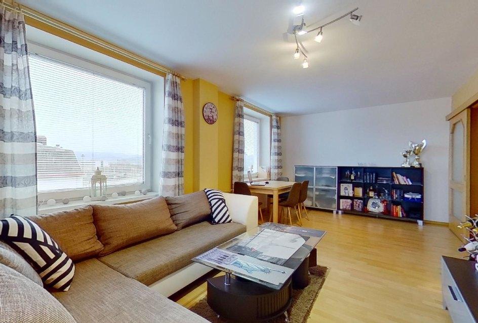 obývacia izba so sedačkou a jedálenskou časťou