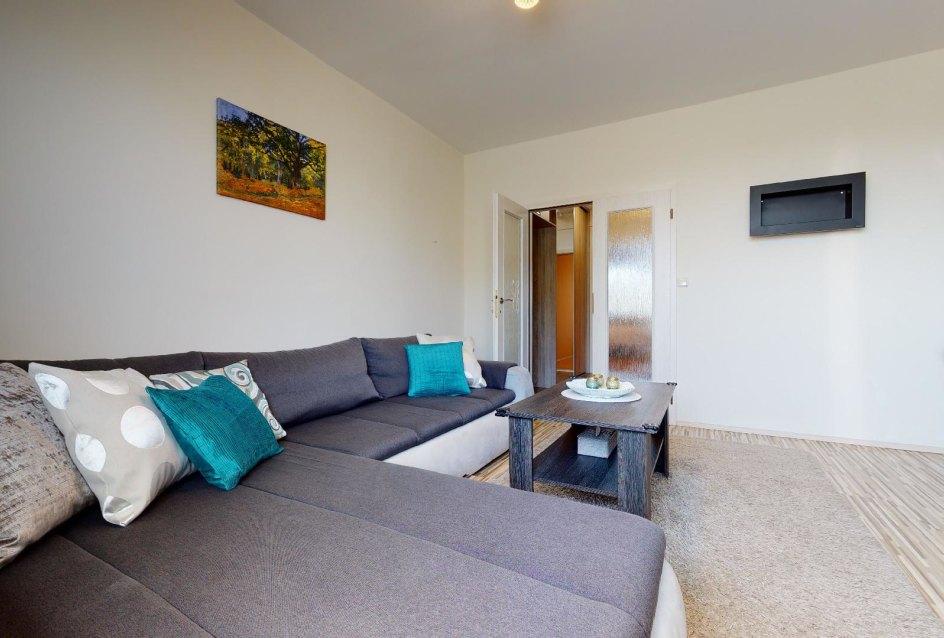 Obývačka so sedačkou a konferenčným stolíkom