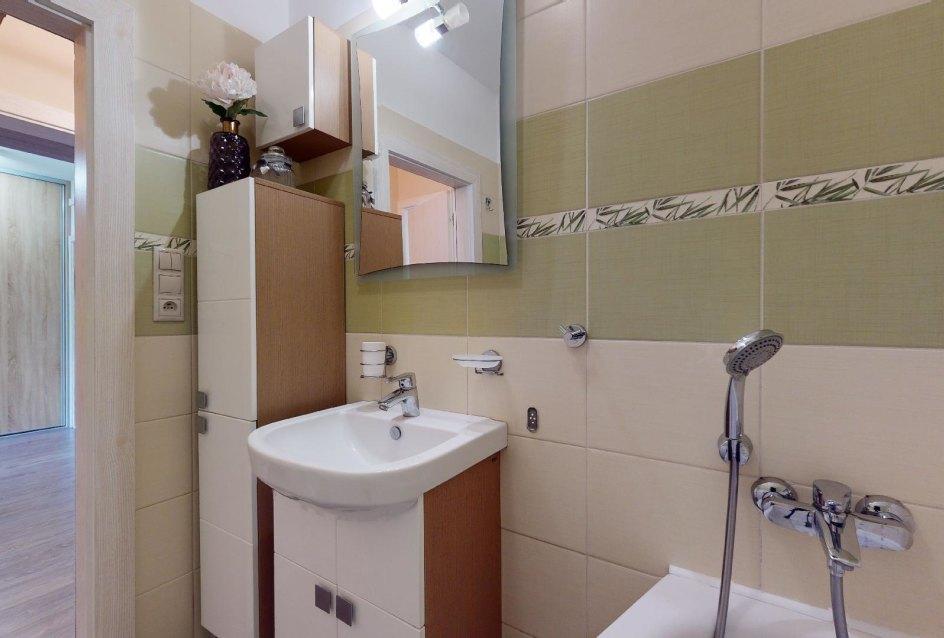 Kúpeľňa so sanitou a skrinkami