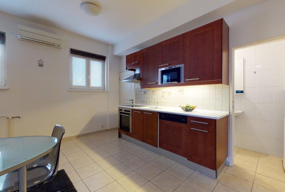 Pohľad na kuchynskú linku 2-izbového bytu v Manderláku