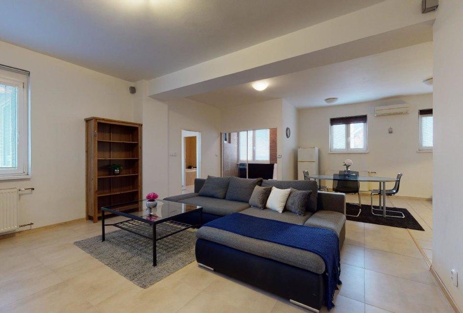 Pohľad z obývacej izby 2-izbového bytu v Manderláku