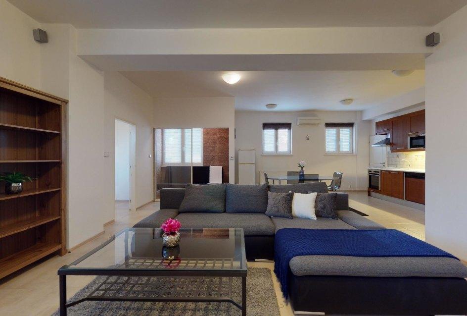 Obývacia izba s kuchyňou a jedálňou 2-izbového bytu v Manderláku