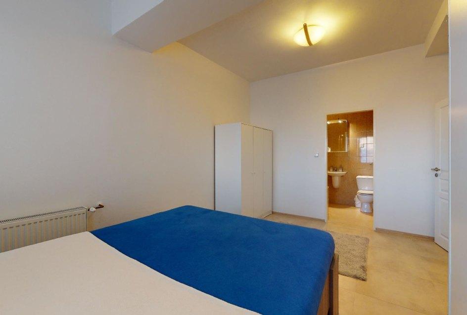 Spálňa s kúpeľnou 2-izbového bytu v Manderláku