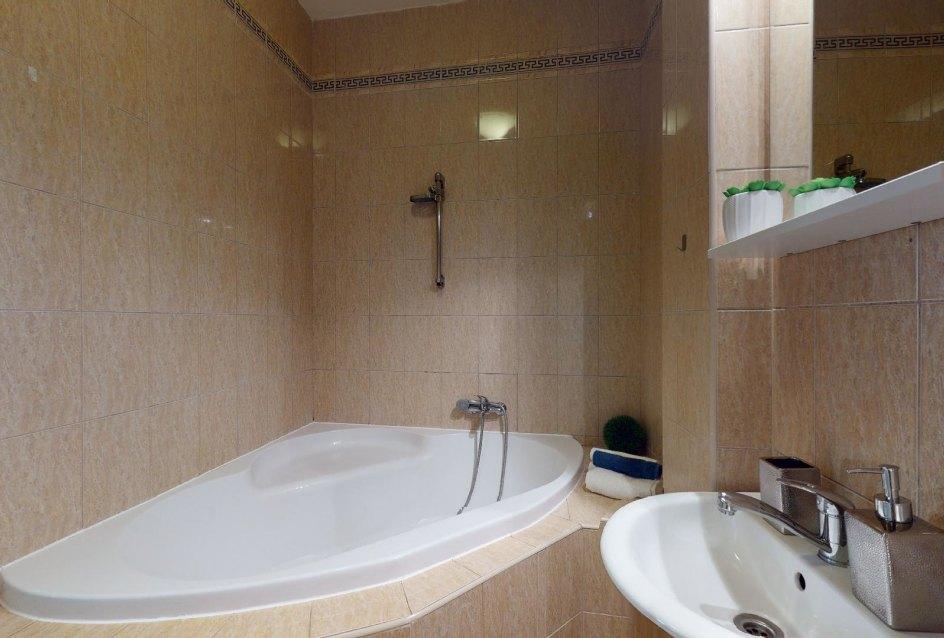 Pohľad na rohovú vaňu v kúpelni 2-izbového bytu v Manderláku