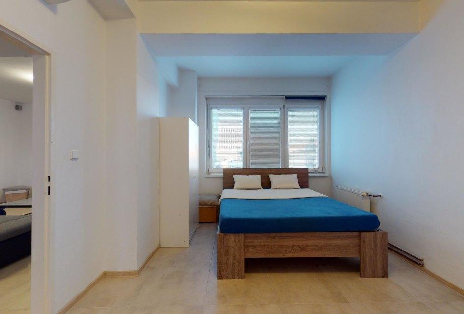 Pohľad na manželskú posteľ v spálni 2-izbového bytu v Manderláku