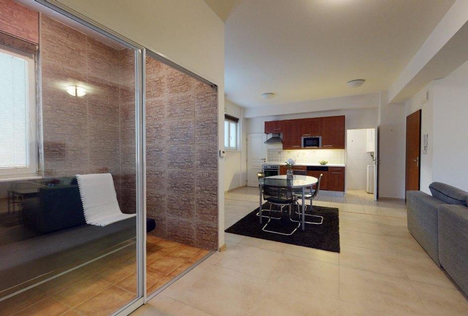 Miesto pre relax a pohľad do kuchyne 2-izbového bytu v Manderláku
