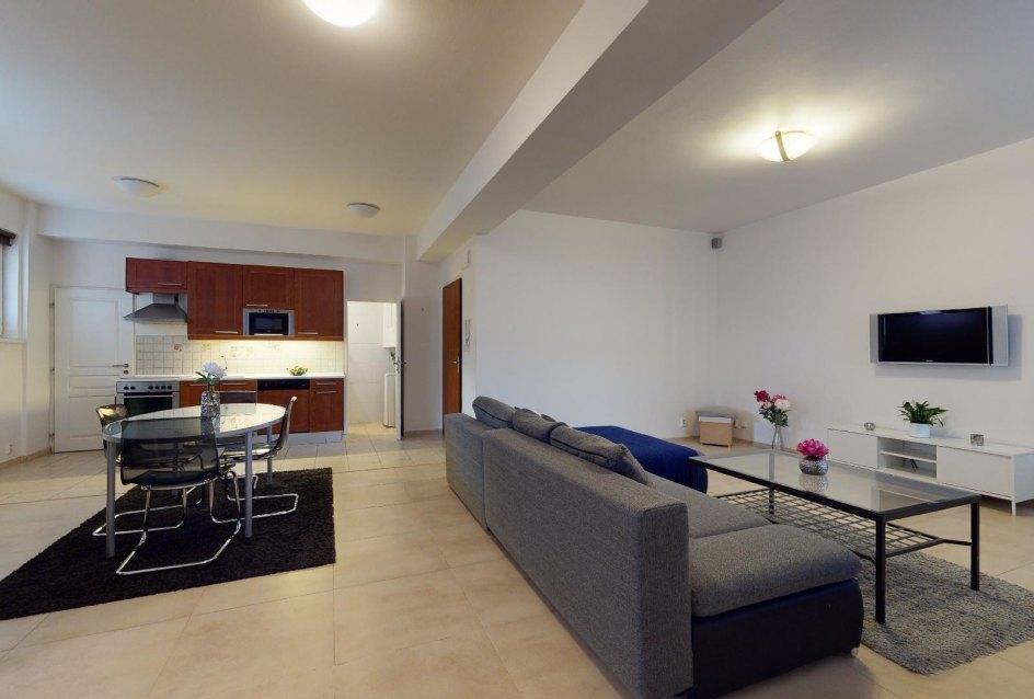 Pohľad do kuchyne a obývacej izby 2-izbového bytu v Manderláku
