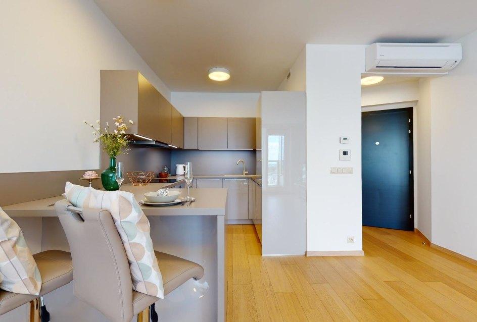 Moderná kuchyňa a vstup do bytu v 2-izbovom byte v Panorama Towers - Eurovea City