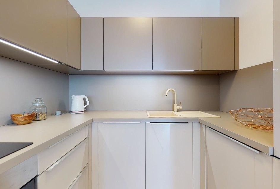 Kuchynská linka so vstavanými spotrebičmi v 2-izbovom byte v Panorama Towers - Eurovea City