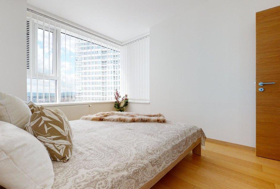 Moderná spálňa v 2-izbovom byte v Panorama Towers - Eurovea City