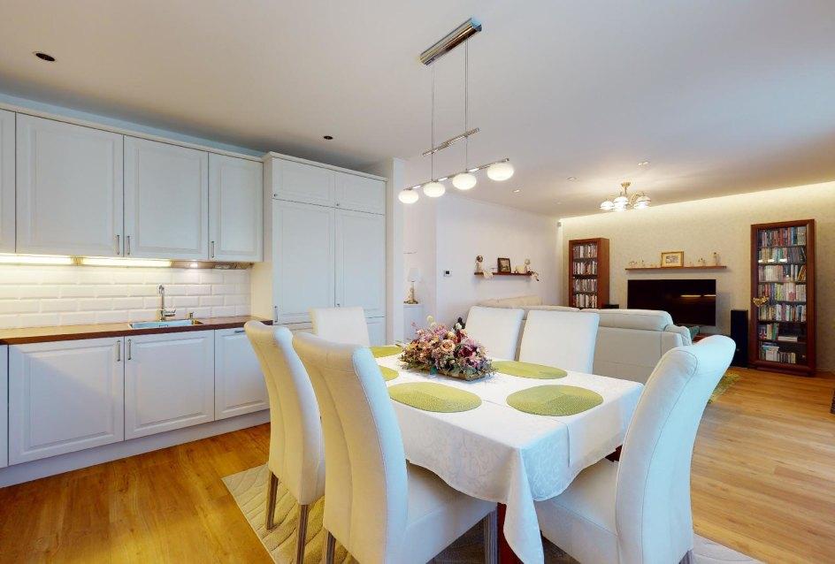 pohľad na kuchyňu s obývačkou
