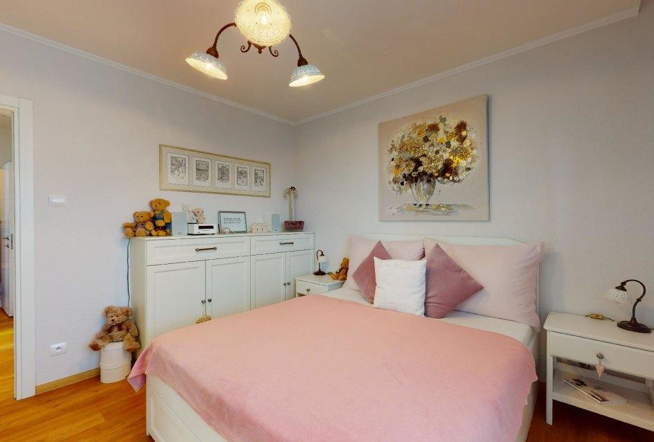 Spálňa s maželskou posteľou a nočnými stolíkmi