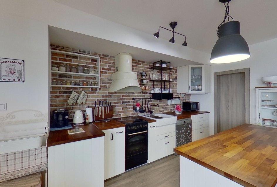 pohľad do kuchyne so špajzou