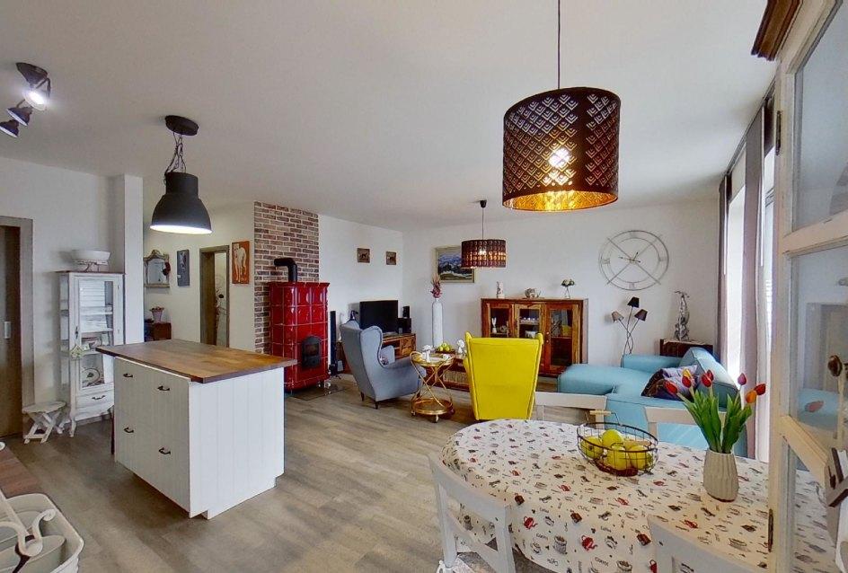 pohľad na jedálneskú časť a obývaciu izbu