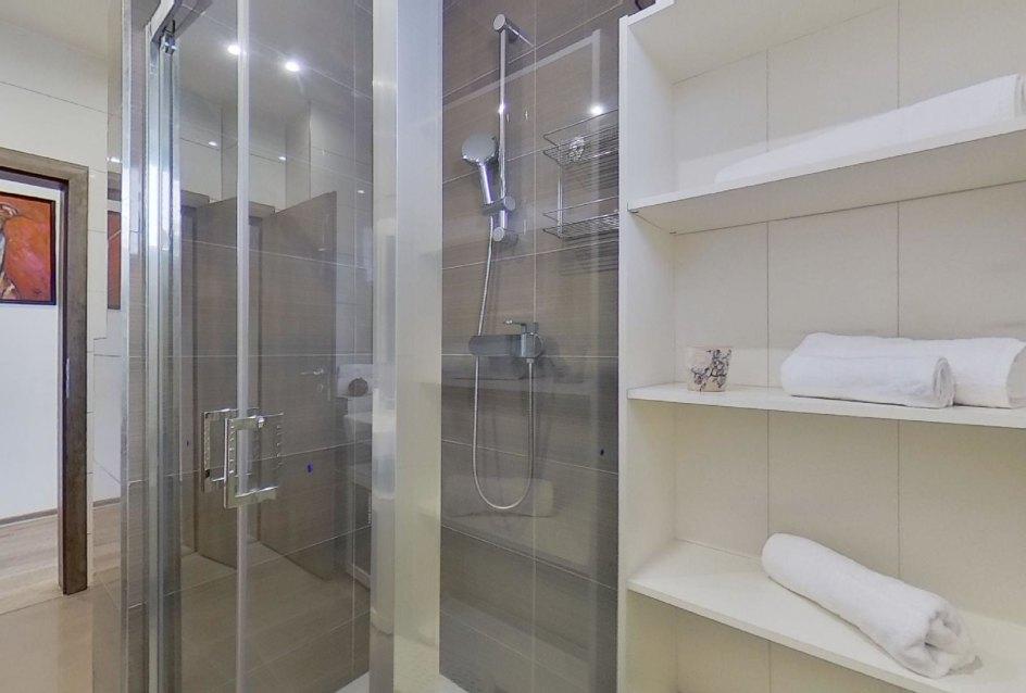 pohľad na sprchový kút a skrinku