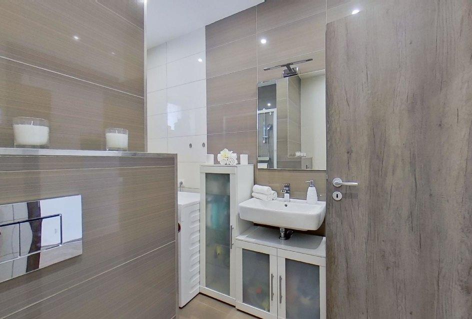 pohľad na umývadlo so skrinkou