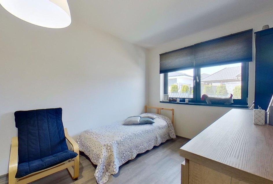 pohľad na postel a okna v prvej spálni