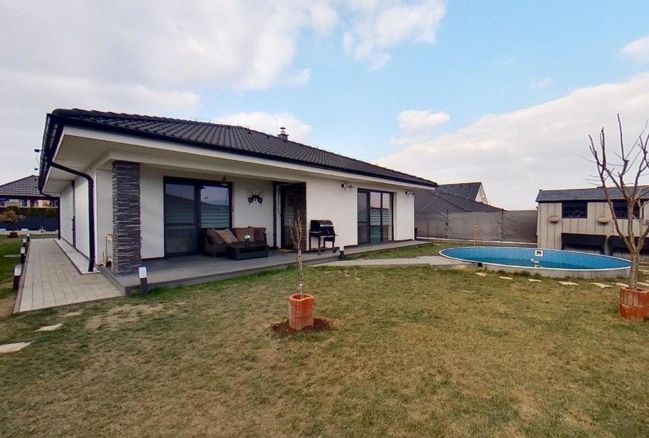 pohľad na dom a bazén
