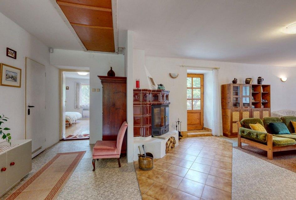 Pohľad na vstup do spálne a časť obývacej izby