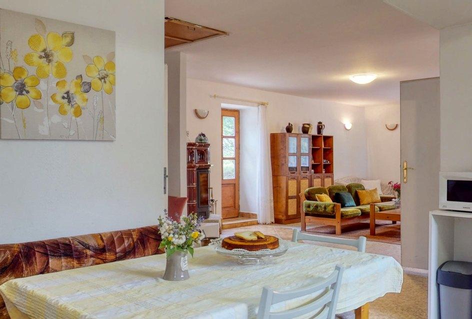 Kuchynský stôl, obraz, kvetina a koláč