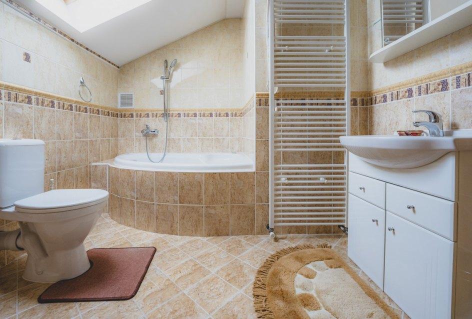 kúpeľňa s toaletou a vaňou