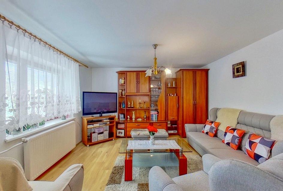Obývacia izba s nábytkom, sedacou súpravou a TV