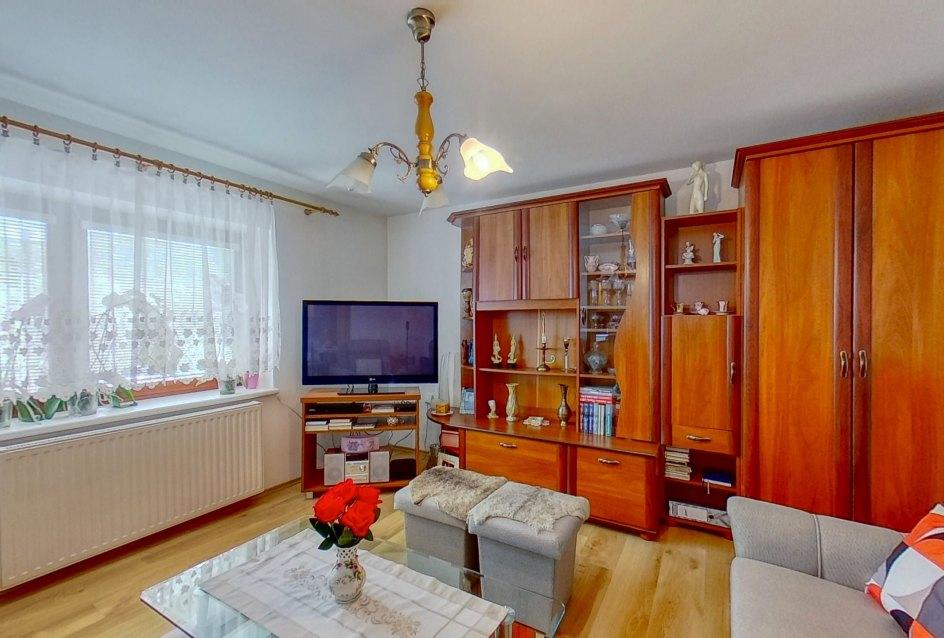Pohľad na okno, TV a nábytok v obývacej izbe