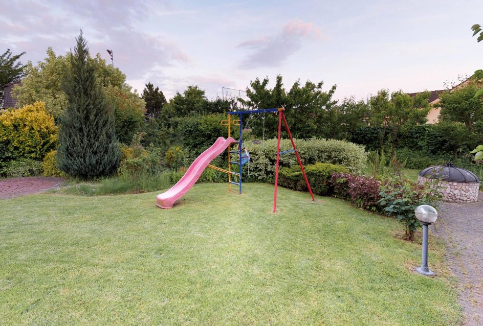 detská šmýkľavka v záhrade