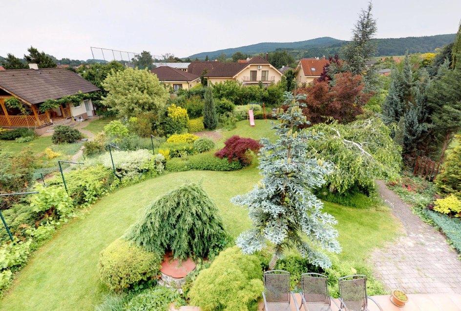 Pohľad na záhradu z balkónu