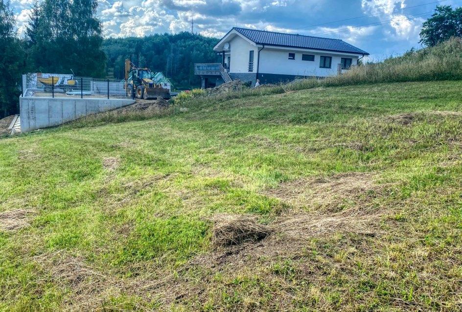 Pohľad na veďlajší pozemok s rodinným domom