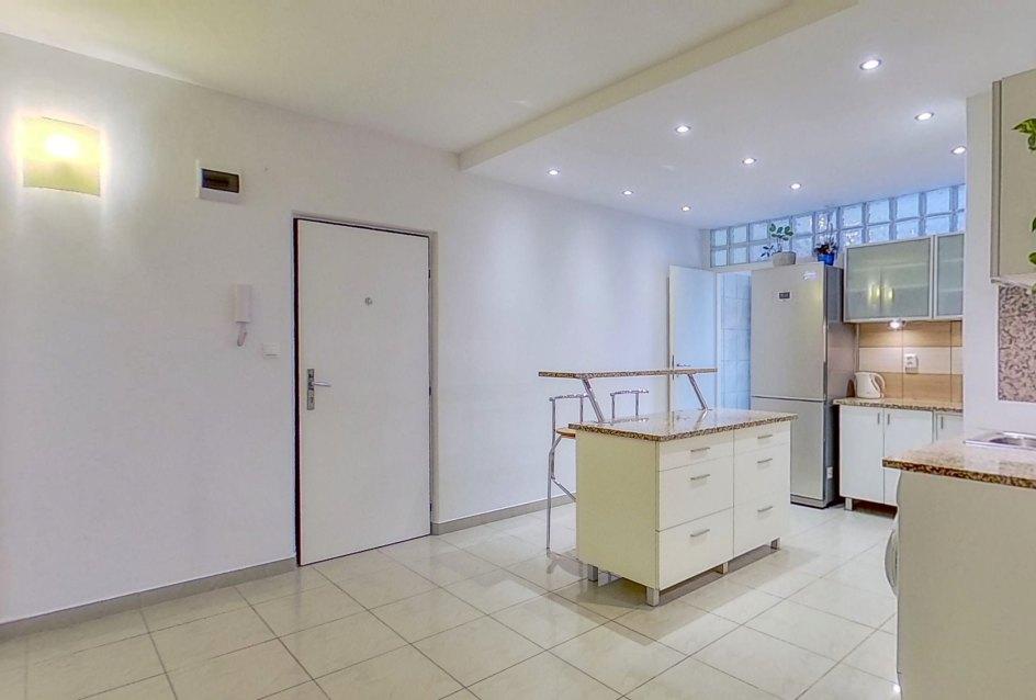 Pohľad na vstup do bytu a kuchyňu