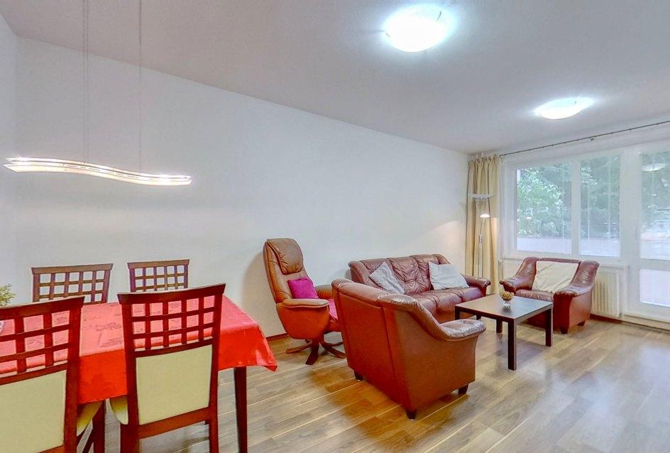 Pohľad do obývacej izby s lodžiou