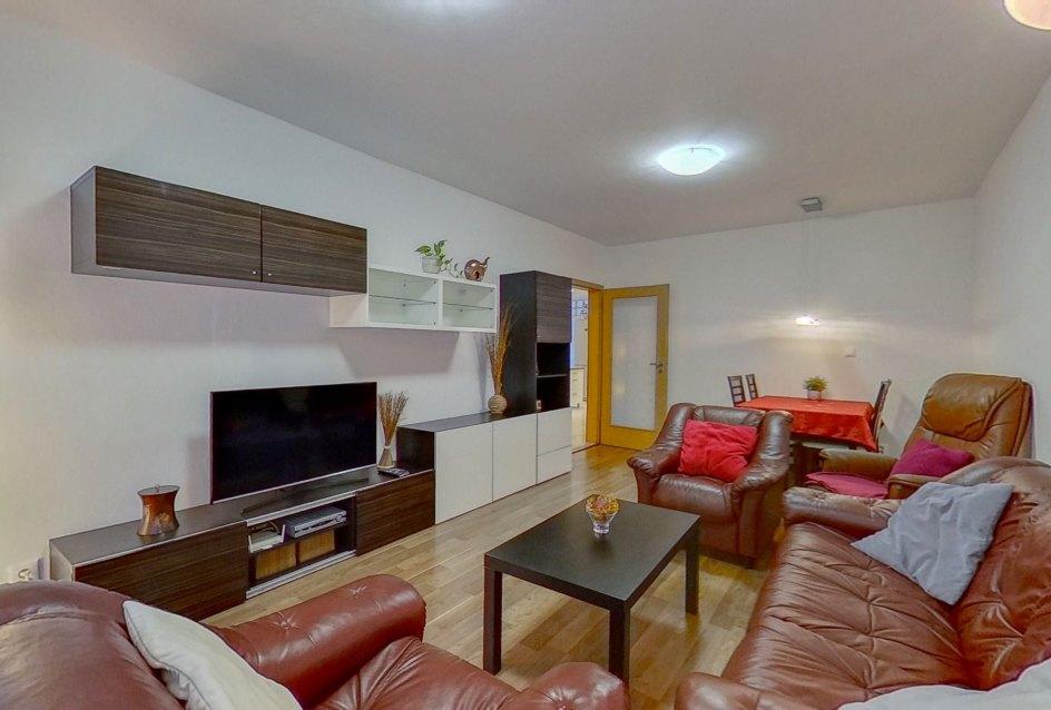 Pohľad na sedaciu súpravu a nábytok s tv v obývacej izbe