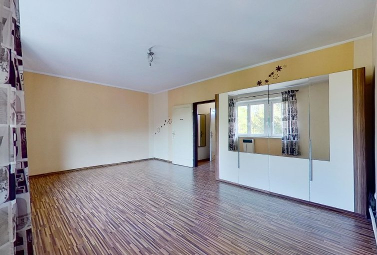Veľká izba so skriňou v 1-izbovom byte na Sasinkovej ulici v Žiline
