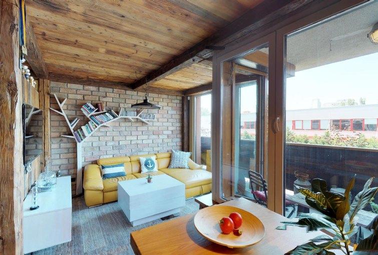 Pohľad do obývacej izby v byte na Dieňovej ulici