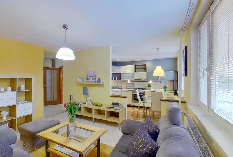 Obývacia izba s pohľadom do kuchyne