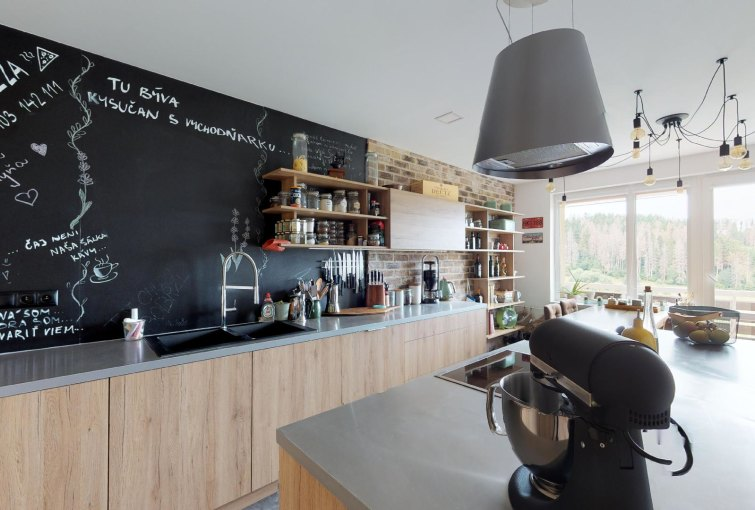 Modrená kuchyňa 3-izbového bytu na ulici M. R. Štefánika v Čadci - Žarec