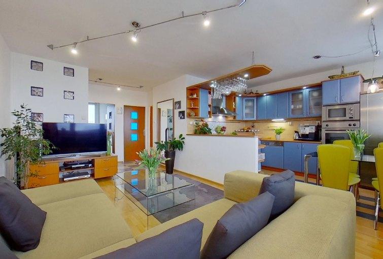 Pohľad na obývaciu izbu s kuchyňou