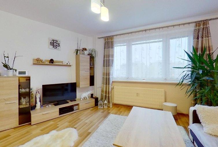 Obývacia izba s nábytkom a tv