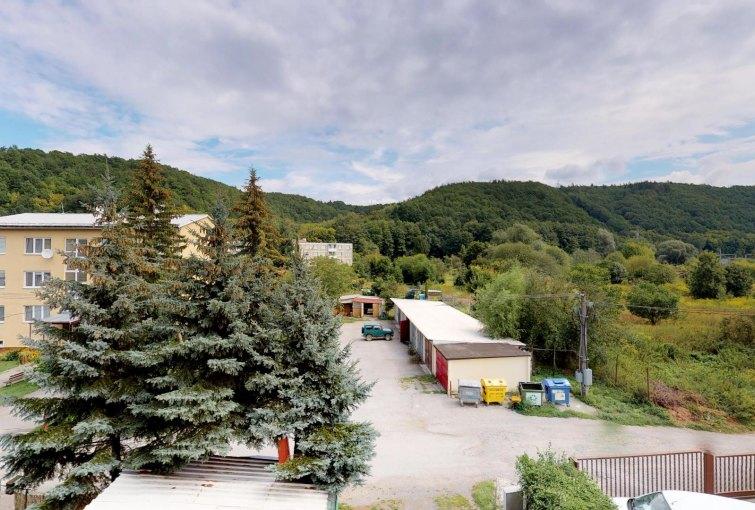 Výhľad z lodžie 4-izbového bytu v obci Vlkanová