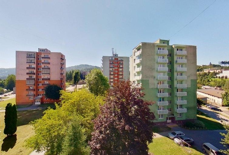 Výhľad z balkóna v 2-izbovom byte na Jašíkovej v Čadci