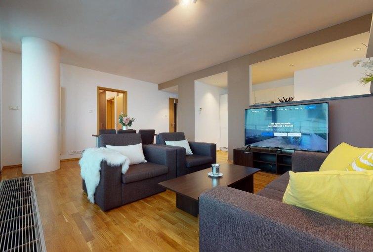 Obývacia izba s kuchyňou a jedálenskou časťou