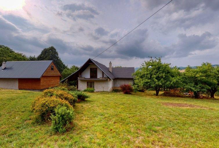 Pohľad na rodinný dom a hospodársky objekt, Mojtín 115