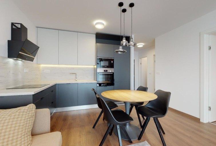 Obývacia izba s kuchynským kútom 2-izbového bytu v Urban Residence